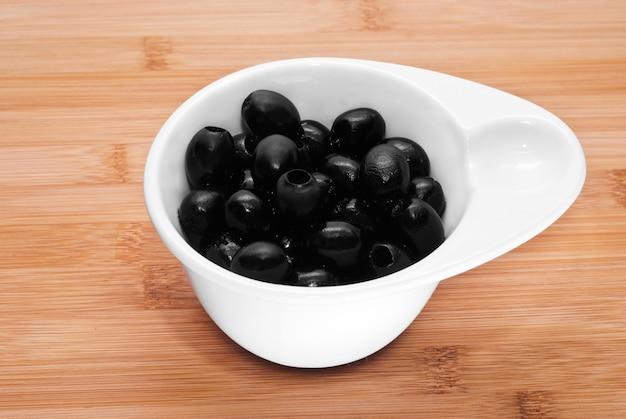 Schwarze oliven, entsteint