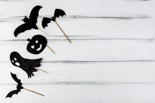 Schwarze papierdekorationen für halloween