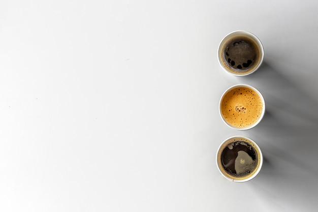 Schwarze papierschale und heißer kaffee