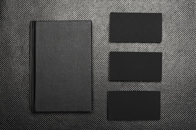 Schwarze papierstücke verspotten herauf draufsicht über schwarzen hintergrund