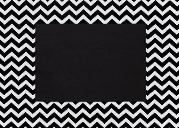 Schwarze pappe mit abstraktem rahmen