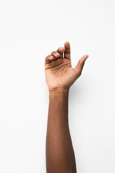 Schwarze person, die ihre hand hochhält