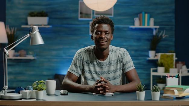 Schwarze person, die in einer videoanrufkonferenz für remote-arbeit spricht