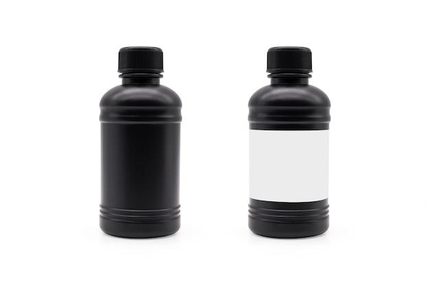 Schwarze plastikflasche und schwarzer deckel auf lokalisiertem hintergrund mit beschneidungspfad.