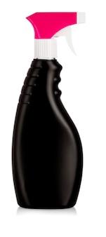 Schwarze plastikflaschen mit reinigungsmitteln und blumen. auf weiß isoliert
