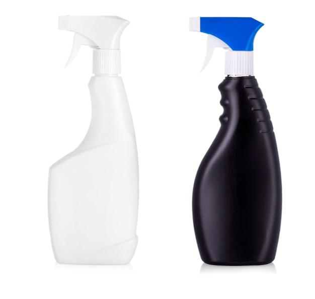 Schwarze plastikflaschen mit reinigungsprodukten und blumen. isoliert auf weißem hintergrund