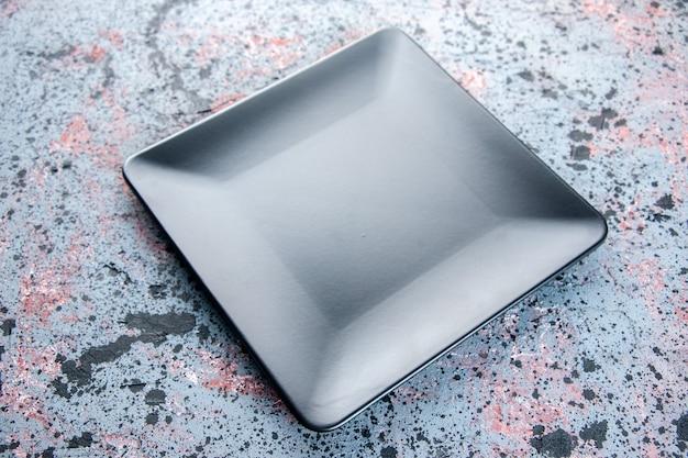 Schwarze quadratische platte der vorderansicht auf hellem hintergrund