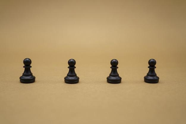 Schwarze schachfiguren auf brauner oberfläche