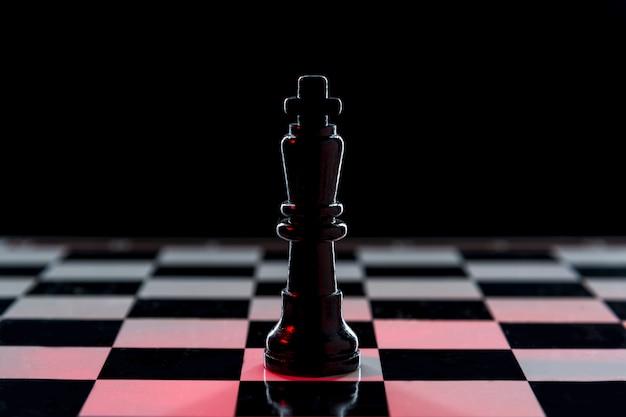 Schwarze schachkönigin auf einem schachtisch