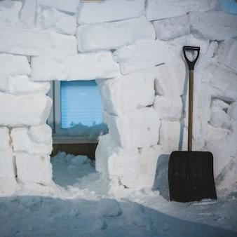 Schwarze schaufel auf weißem schnee