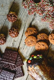 Schwarze schokolade füllte mit tadelloser creme auf hölzernem hintergrund