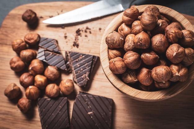 Schwarze schokolade mit haselnüssen