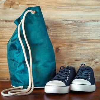 Schwarze schuhe und ein rucksack