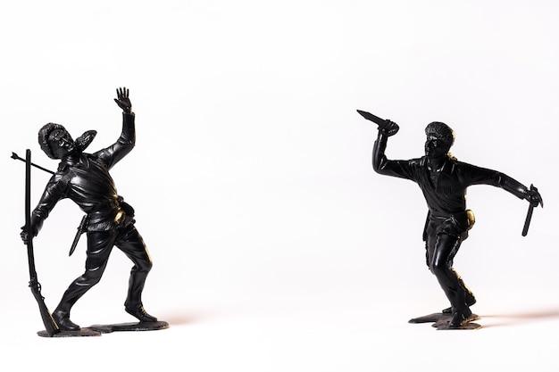 Schwarze schwarze soldaten des weinlese-spielzeugs lokalisiert auf weißem hintergrund.