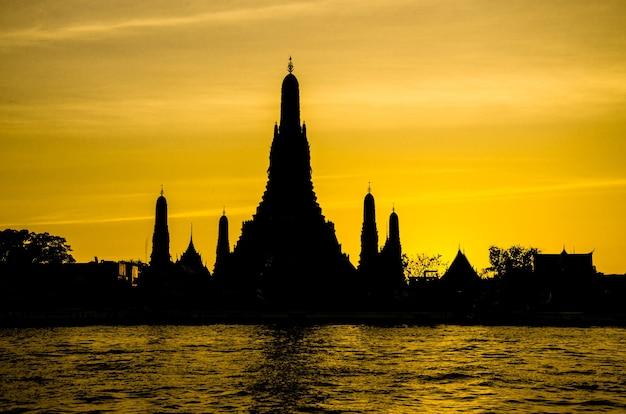 Schwarze silhouette wat arun in bangkok, thailand.