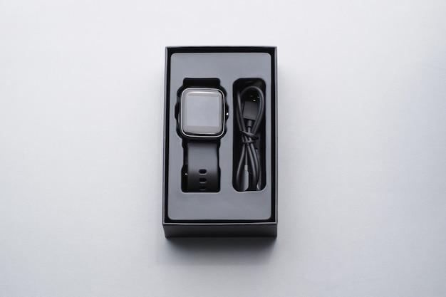 Schwarze smartwatch in der box