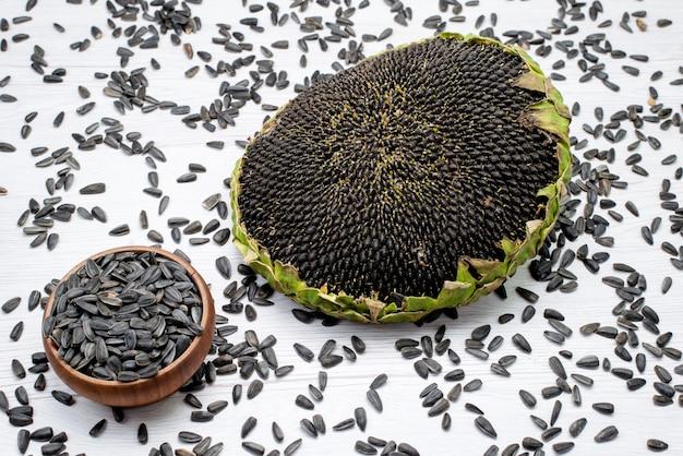 Schwarze sonnenblumenkerne mit draufsicht, frisch und lecker in muschelkorn-sonnenblumenkern-snacks