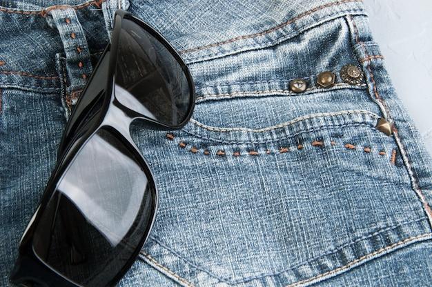 Schwarze sonnenbrille auf der tasche