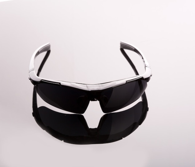 Schwarze sonnenbrille auf grau