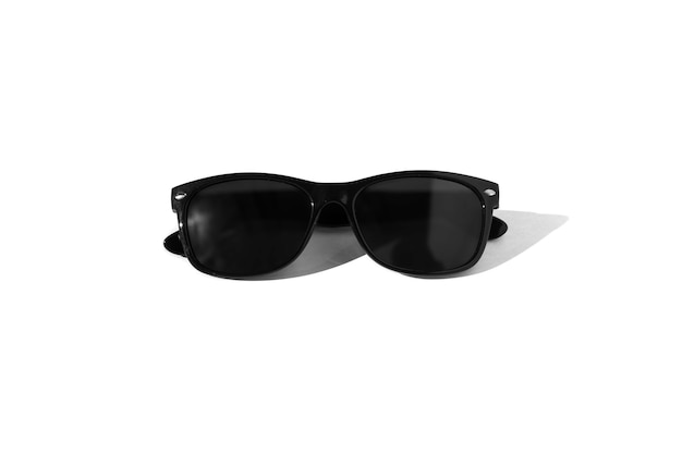 Schwarze sonnenbrille mit starken schatten auf einem weiß