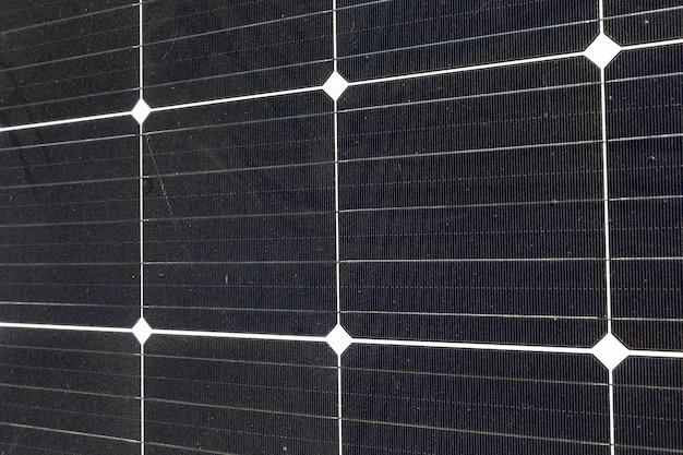 Schwarze sonnenkollektoren beleuchtet durch sonnenlicht