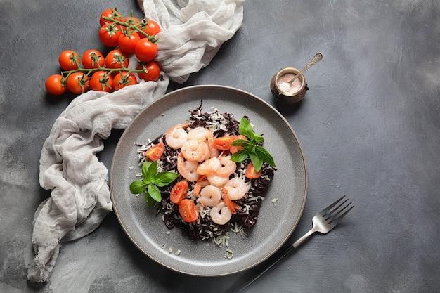 Schwarze spaghetti, schwarze bio-nudeln mit garnelen