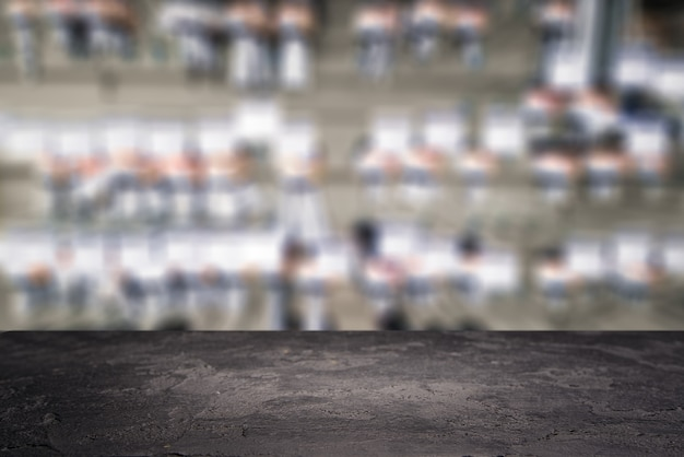 Schwarze steinoberfläche auf defokussiertem hintergrund im baumarkt