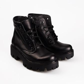 Schwarze stiefel mit schnürsenkeln