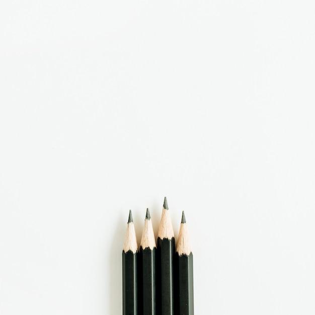 Schwarze stifte isoliert auf weißer oberfläche