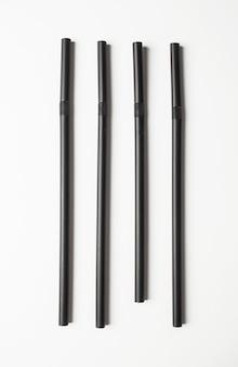Schwarze strohhalme in einer reihe angeordnet. konzept der ocd.