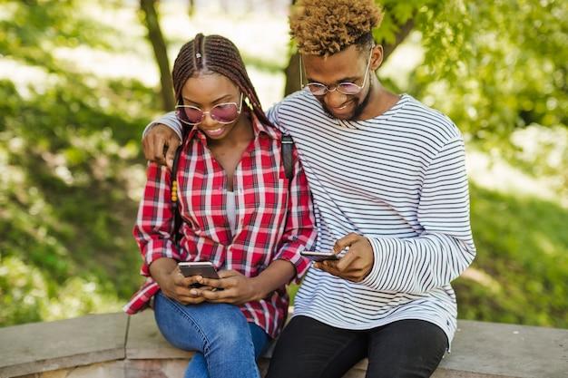 Schwarze studenten mit handys im park