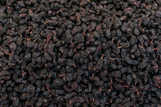 Schwarze süße rosinen trockneten oberfläche der süßen trauben