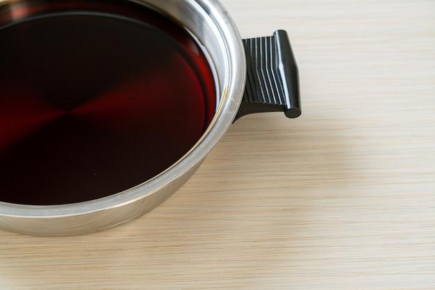 Schwarze suppe im heißen topf für shabu oder sukiyaki - japanische küche