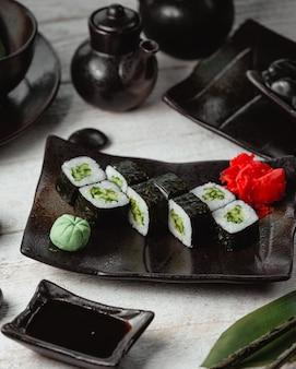 Schwarze sushi mit draufsicht des reises