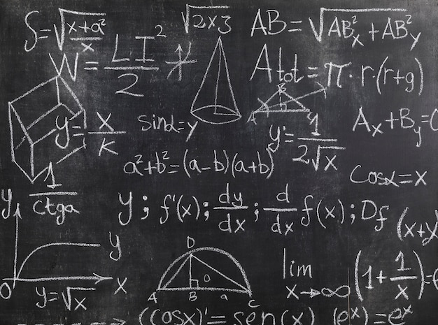 Schwarze tafel mit mathematischen formeln und problemen