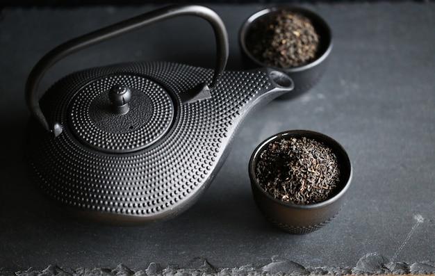 Schwarze teekanne im orientalischen stil