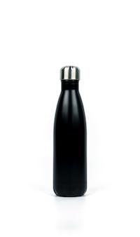 Schwarze thermosflasche mit dem sportdesign lokalisiert auf weißem hintergrund mit kopienraum