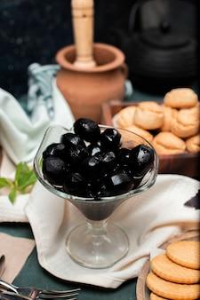 Schwarze traditionelle walnusskonfektion in einem glas
