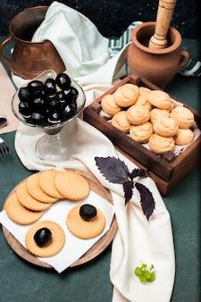 Schwarze traditionelle walnusskonfektion mit keksen und keksen