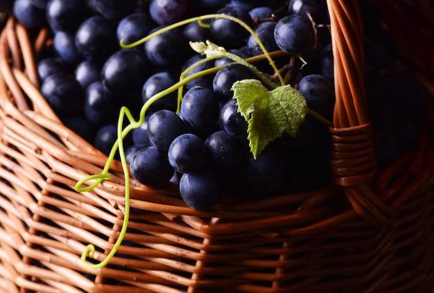 Schwarze trauben in einem korb