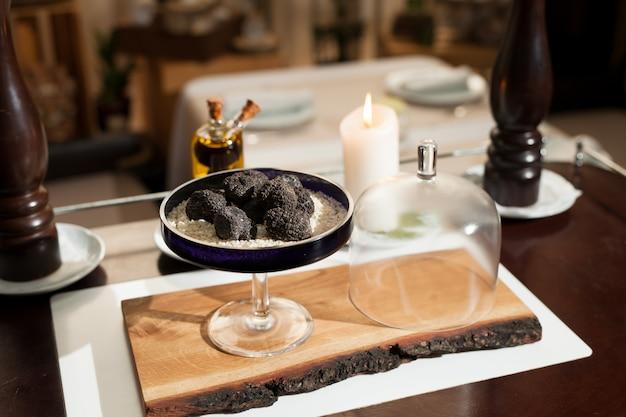Schwarze trüffel in einem restaurant kochen