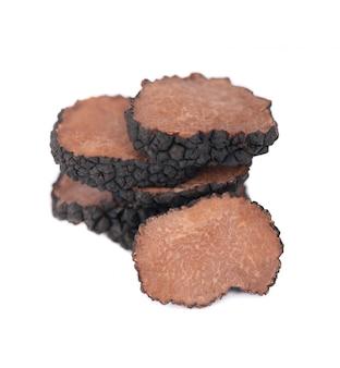 Schwarze trüffel isoliert. frisch geschnittene trüffel. delikatesse exklusiver trüffelpilz. pikante und duftende französische delikatesse. beschneidungspfad.