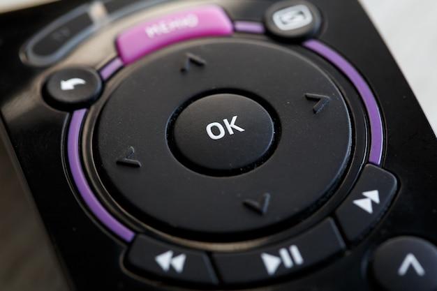Schwarze tv-fernbedienung ok-taste schließen