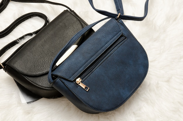 Schwarze und blaue handtaschen.