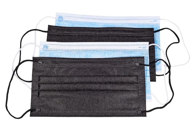 Schwarze und blaue medizinische schutzmasken isoliert auf weißem hintergrund