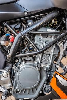 Schwarze und braune farbe des modernen motorradmotordetail-systems der nahaufnahme.