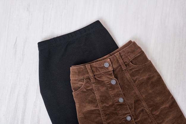 Schwarze und braune röcke auf einem hölzernen hintergrund.