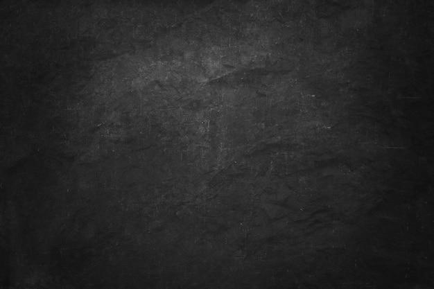 Schwarze und dunkle kreidebrettfahne, leere innenwand und studioraum für dargestelltes produkt