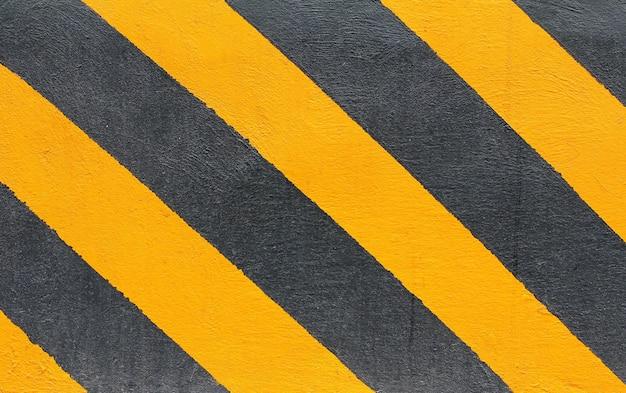 Schwarze und gelbe gefahrenlinien mit schmutzeffekten