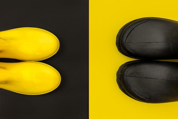 Schwarze und gelbe gummistiefel auf gelb und schwarz